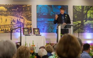 Tim Laman '83 accepts the 2016 Distinguished Alumni Award at the April 2016 Alumni Banquet.