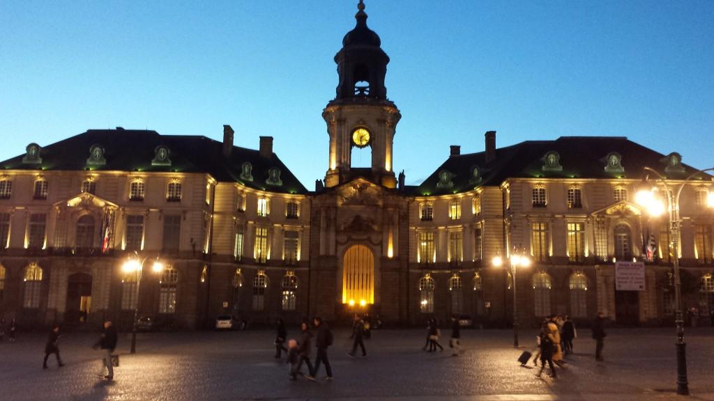 Le Place de La Mairie et l'hôtel de ville (City Hall)